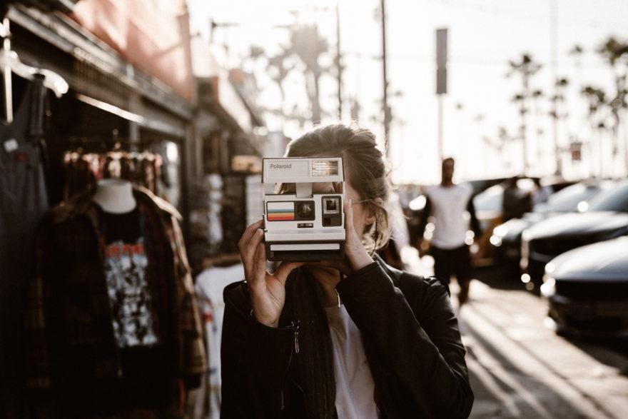 portrait de madeleine photographe avec son Polaroïd