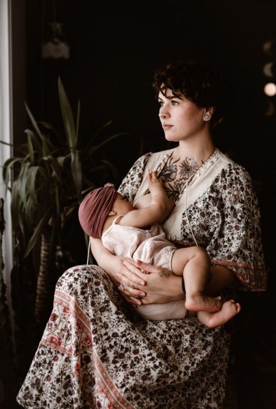 photographe allaitement angers par Madeleine photographe avec Cécile et son bébé